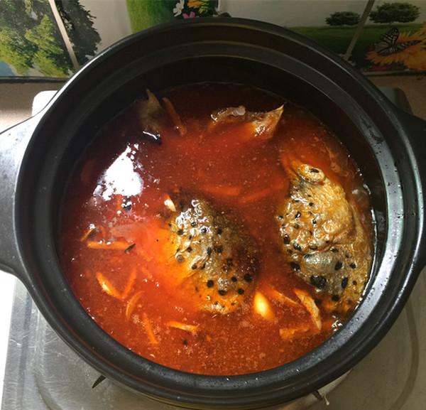 红酸汤三文鱼头鸭血煲怎样煸
