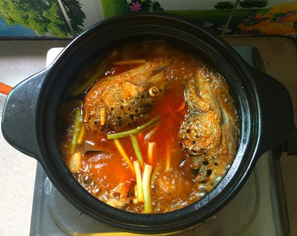红酸汤三文鱼头鸭血煲的制作