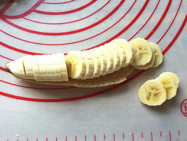 沙拉酱香蕉披萨的步骤