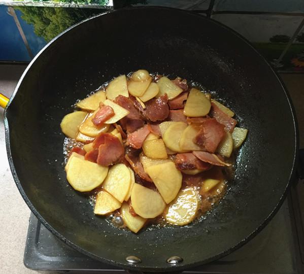 腊肉炒土豆片怎么煸