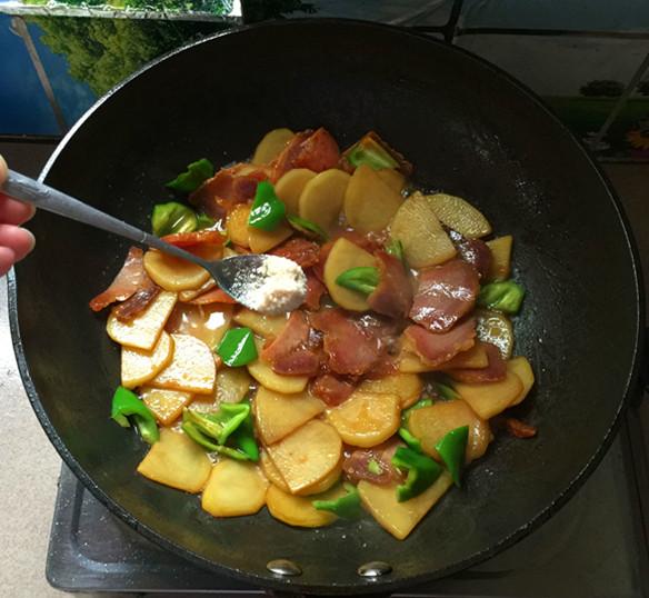 腊肉炒土豆片怎样做