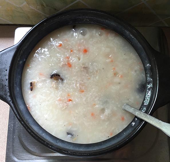 红极参瘦肉砂锅粥的制作