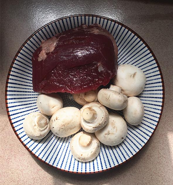 口蘑炒牛肉#午餐#的做法大全