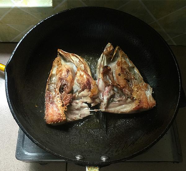 辣白菜粉条炖鱼头怎么煮