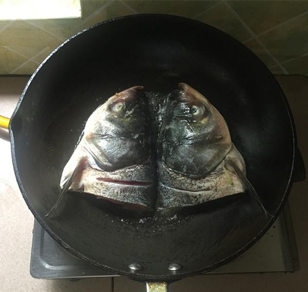 辣白菜粉条炖鱼头怎么炒