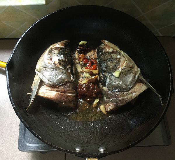 辣白菜粉条炖鱼头怎样煸