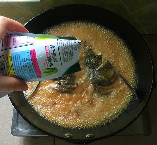 辣白菜粉条炖鱼头的制作