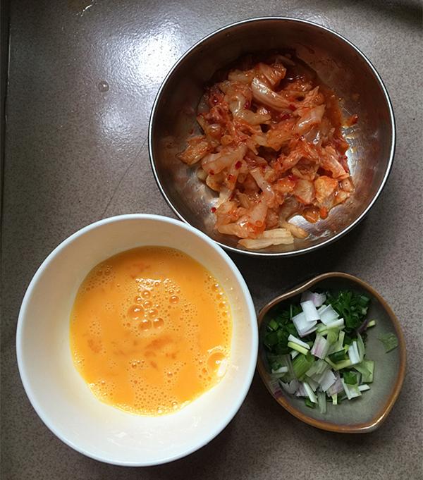 虾仁辣白菜炒饭的家常做法
