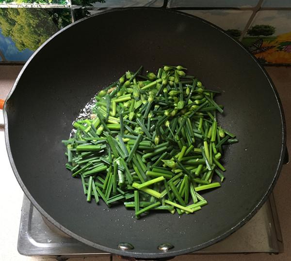 韭菜苔炒鸡蛋干的简单做法