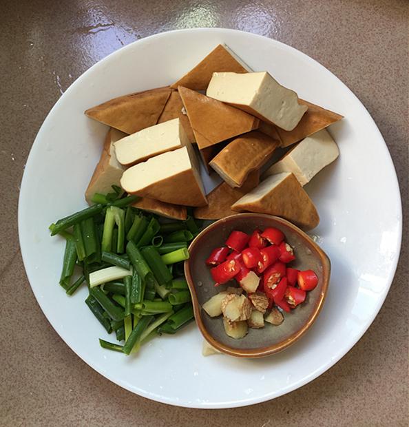熏豆干焖烧鸡块的家常做法