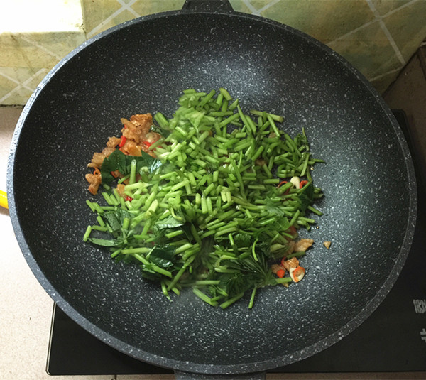 猪油渣炒红薯叶怎么做