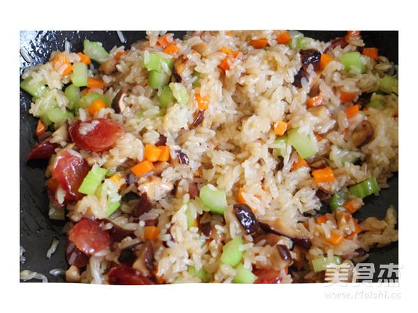 香肠炒糯米饭怎么做
