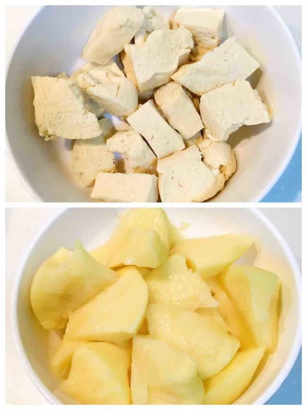 五花肉炖冻豆腐土豆海带的家常做法