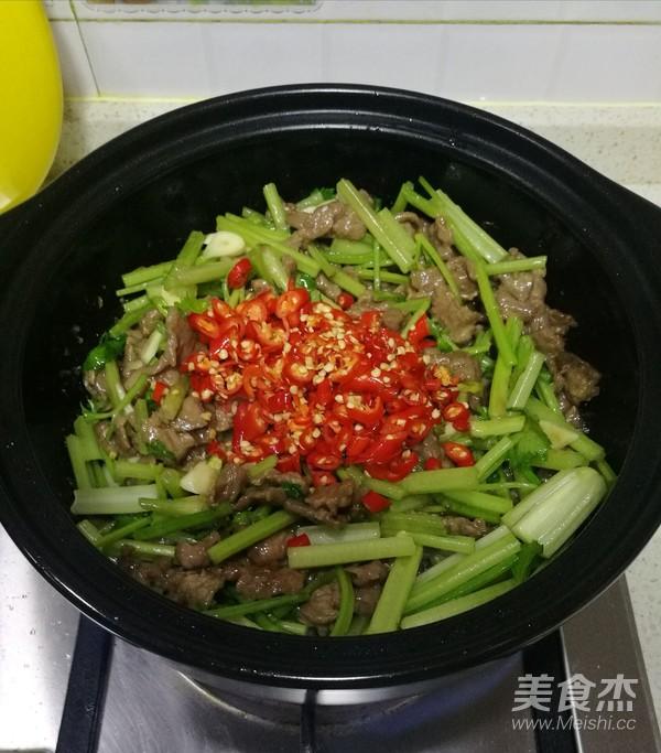 芹菜炒牛肉(砂锅版)的步骤