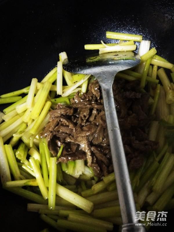 芹菜炒牛肉丝怎么炒