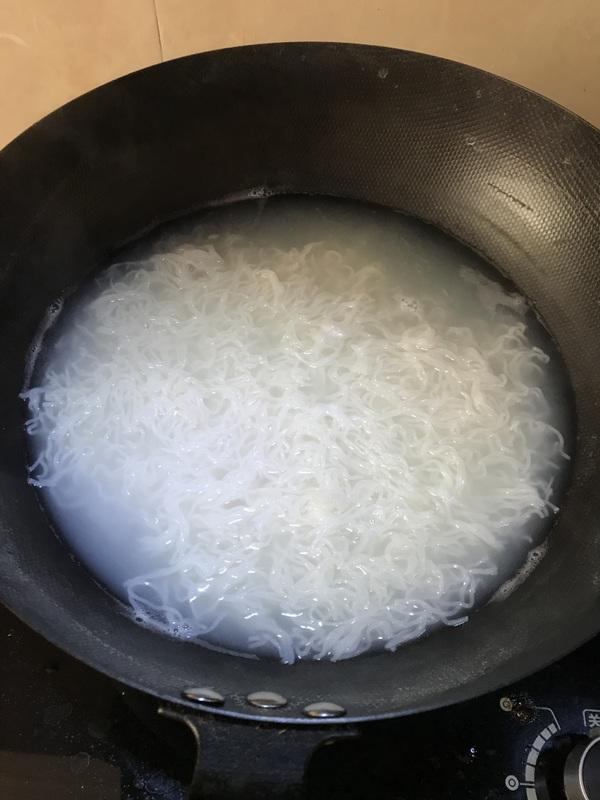 牛肉炒米线怎么炖