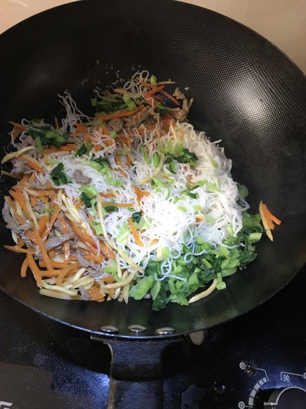 牛肉炒米线怎么煸