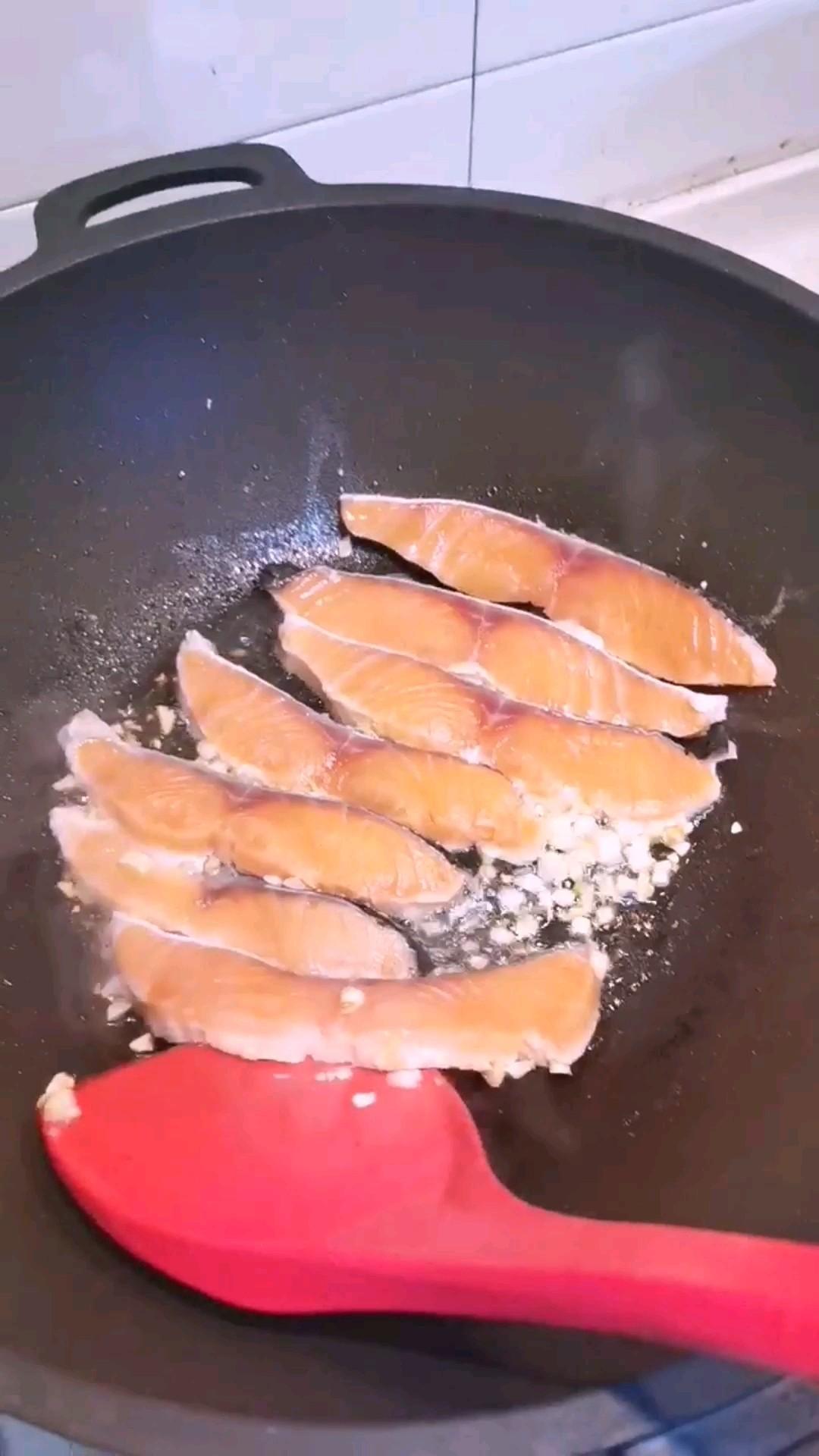 蒜香三文鱼的简单做法