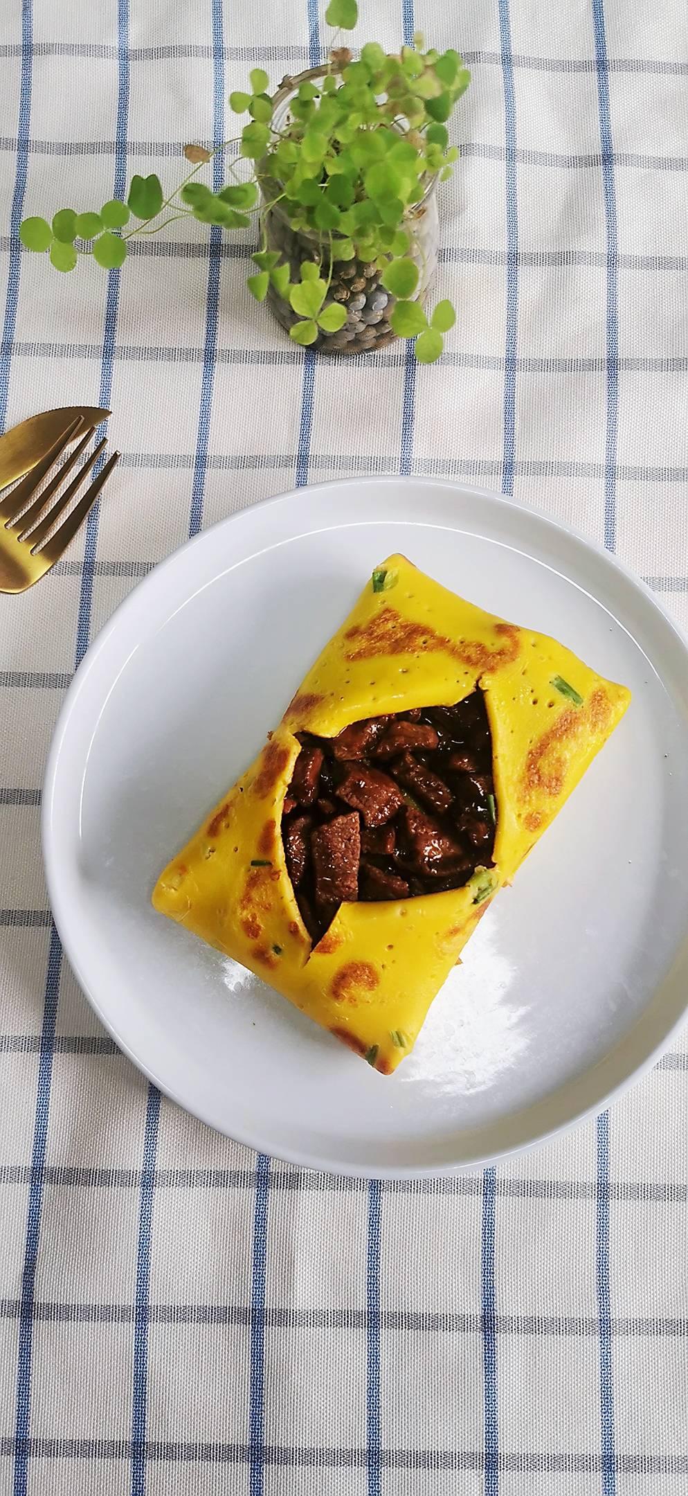鸡蛋饼裹牛肉成品图