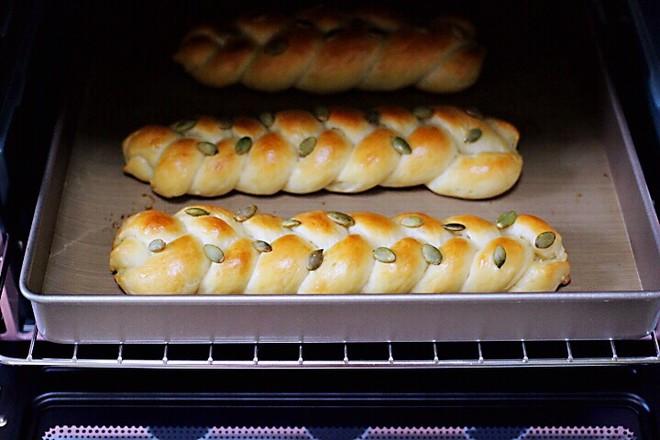 牛奶南瓜仁辫子面包的制作大全