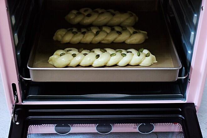 牛奶南瓜仁辫子面包的制作方法