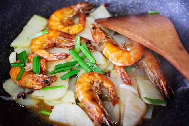土豆片爆海虾的制作