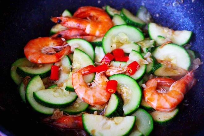 西葫芦炒海虾的制作