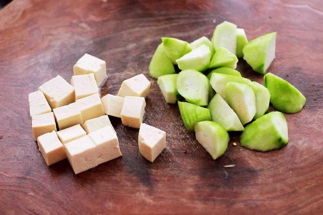 丝瓜花蛤炖豆腐的简单做法