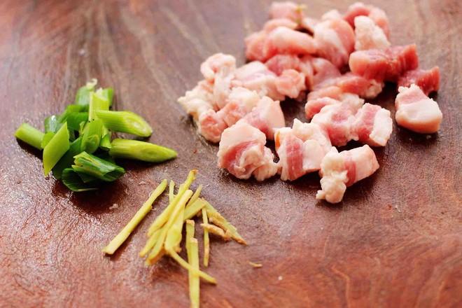 茄丁双椒炒肉丁的家常做法