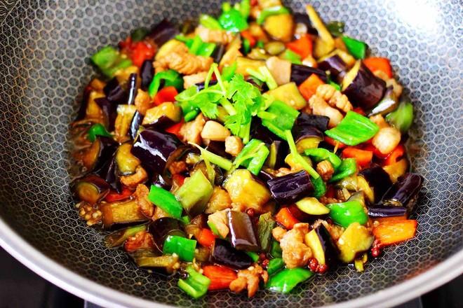 茄丁双椒炒肉丁的制作