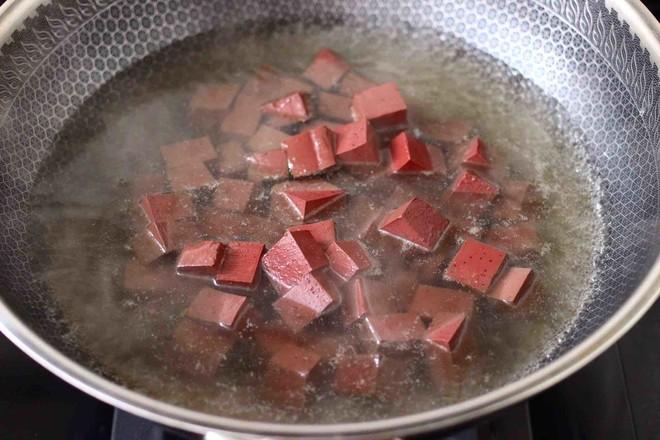 丝瓜虾干炖猪血的简单做法