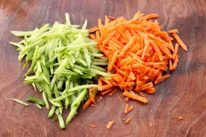 鸡肉黄瓜胡萝卜包的做法图解