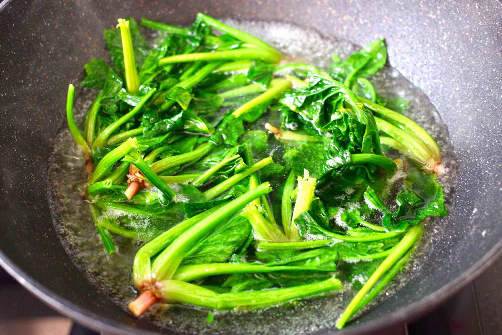 花生米拌红根菠菜的简单做法