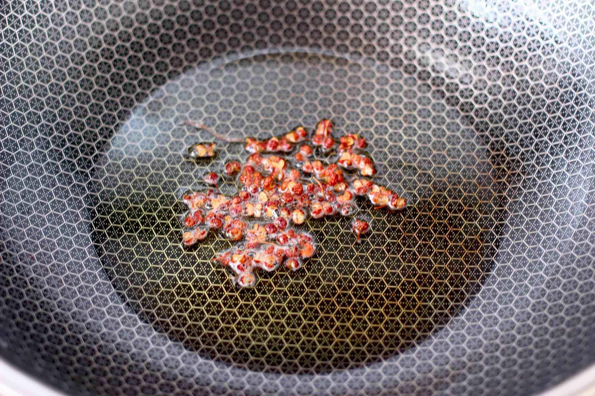 蒜香手撕包菜粉条怎么吃