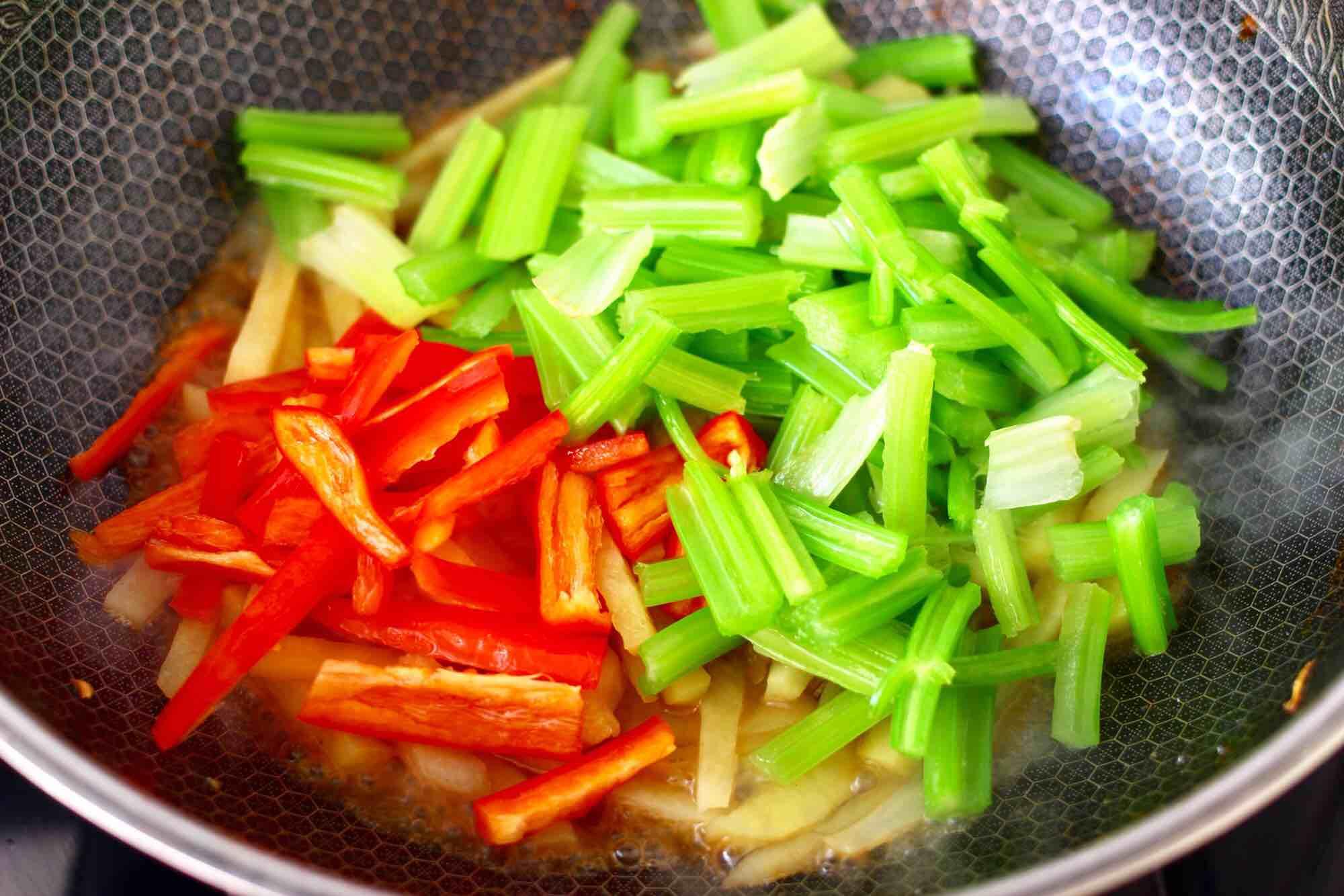 红虾芹菜土豆小炒怎样做