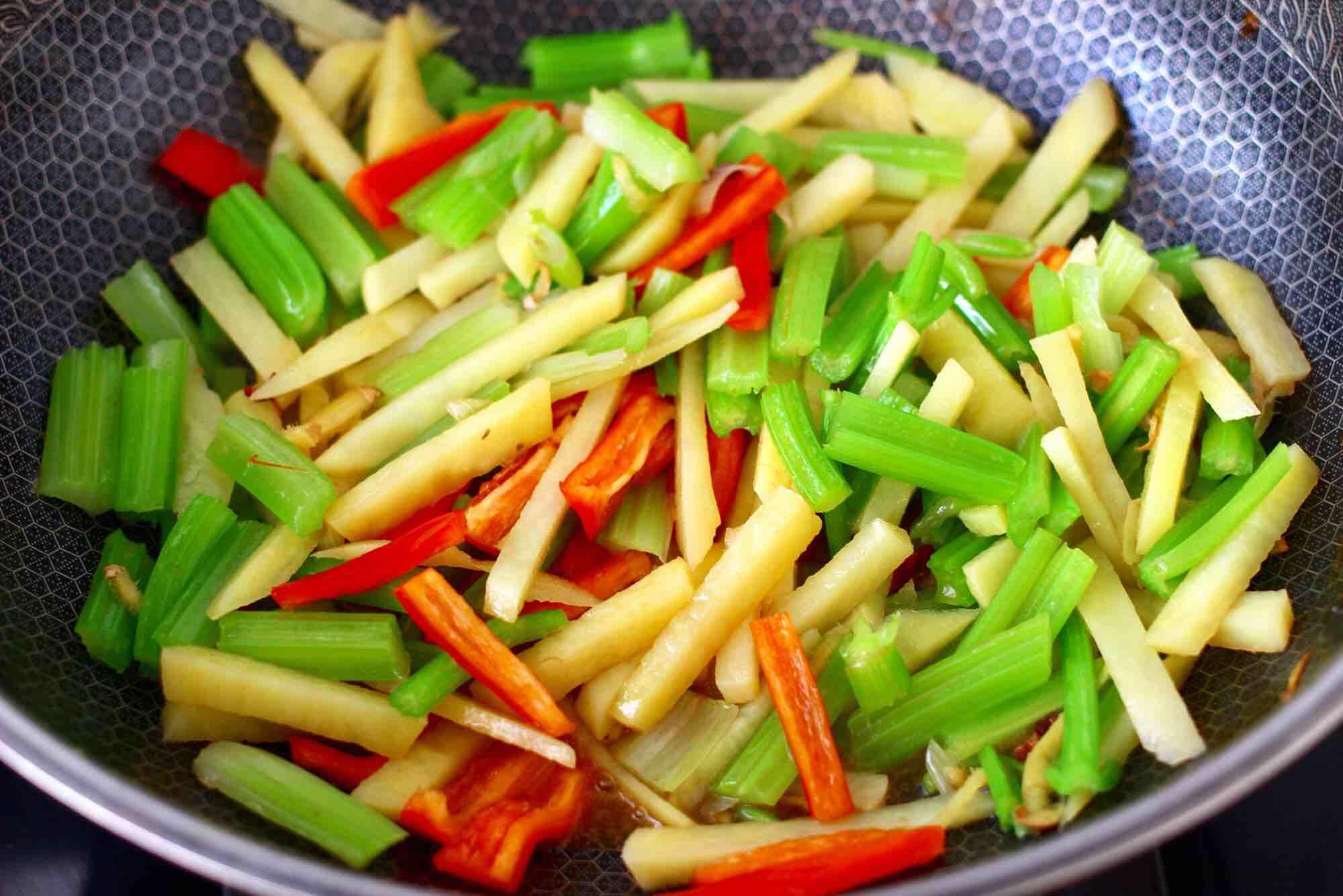 红虾芹菜土豆小炒怎样炒