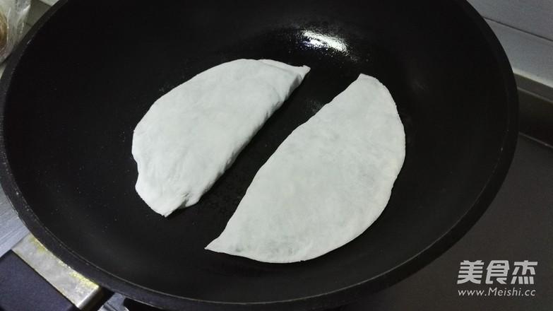 韭菜鸡蛋合子的步骤
