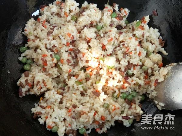 牛肉红萝卜尖椒炒米饭怎样做