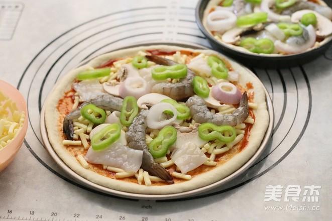 鲜虾鱿鱼披萨的制作