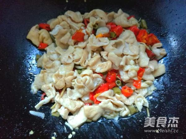 酸辣椒炒肥肠的简单做法