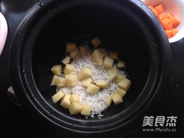 胡萝卜土豆酱油焖饭的家常做法