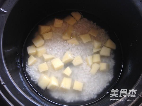 胡萝卜土豆酱油焖饭的简单做法