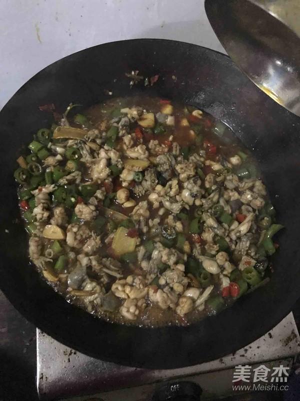 干锅牛蛙怎么做