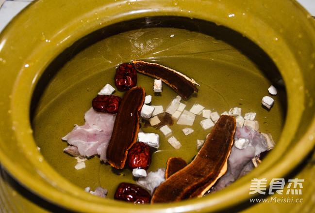 灵芝茯苓猪骨汤的家常做法