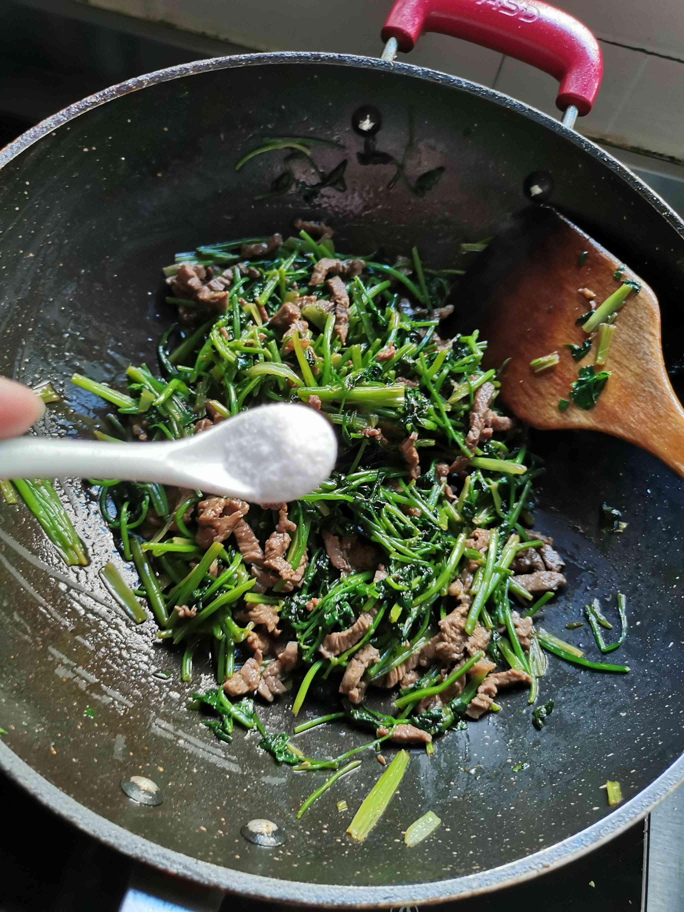 香菜炒牛肉怎么煮