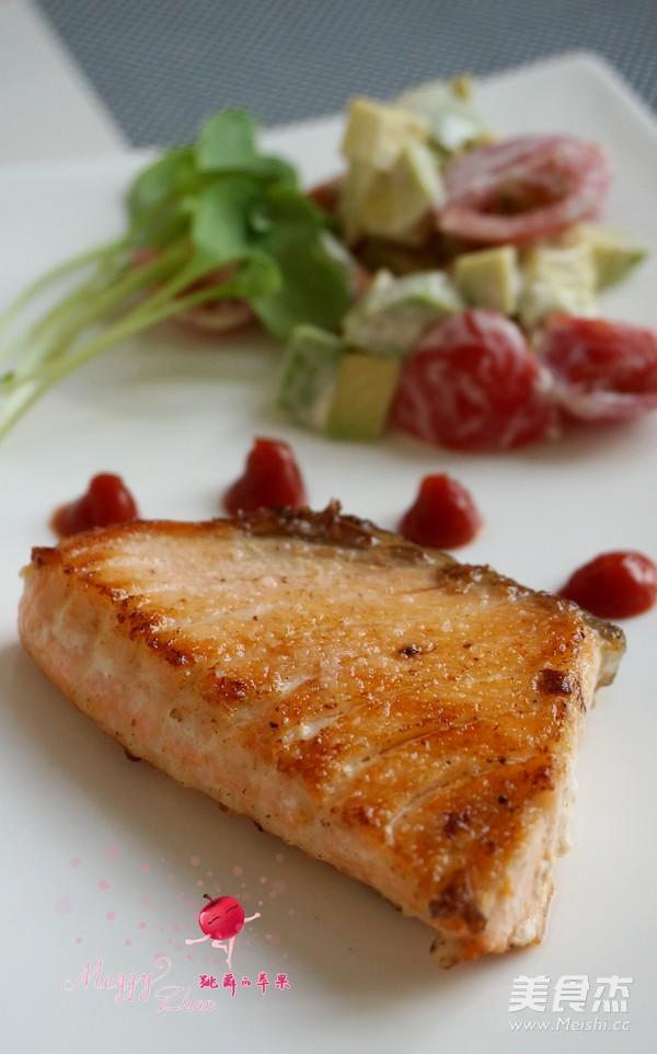 煎三文鱼牛油果沙拉的步骤