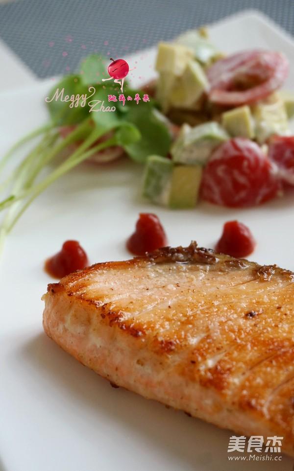 煎三文鱼牛油果沙拉成品图