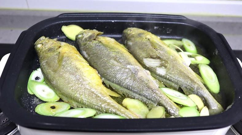 酸菜炖黄鱼怎么吃