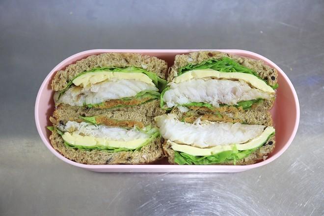 鳕鱼吐司沙拉午餐便当的步骤