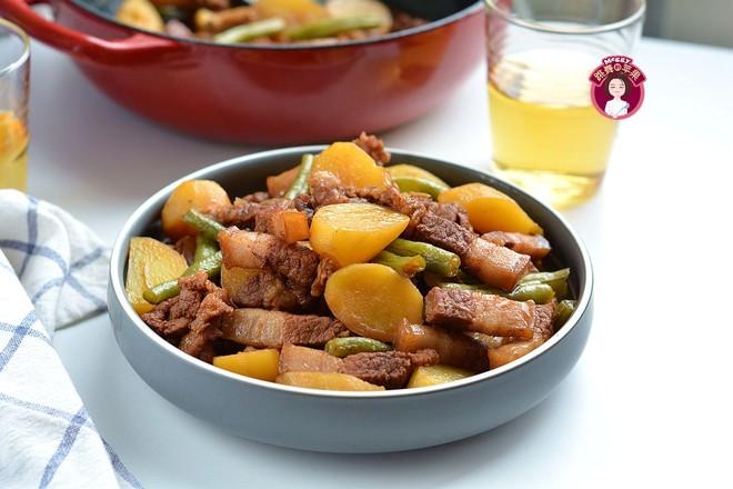五花肉炖小土豆成品图